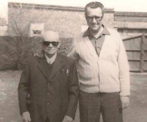 Foto con don Luis González, su primer paciente y médico de toda su familia. El primer parto que atendió fue el de Silvia Rodríguez